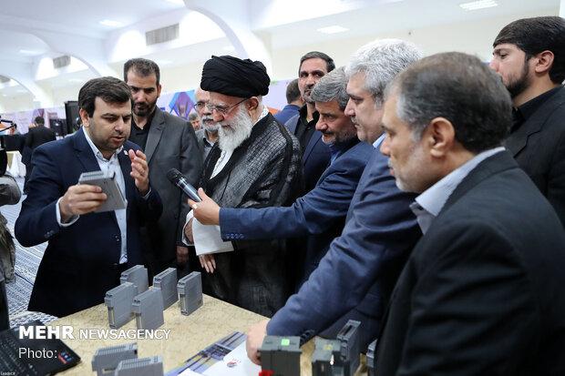 رہبر معظم انقلاب اسلامی نے علم و دانش پرمبنی کمپنیوں کی نمائش کا قریب سے مشاہدہ کیا