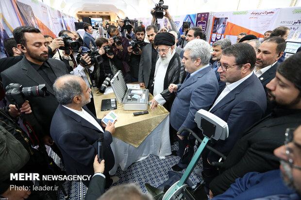 بازدید رهبر انقلاب از نمایشگاه شرکتهای دانشبنیان