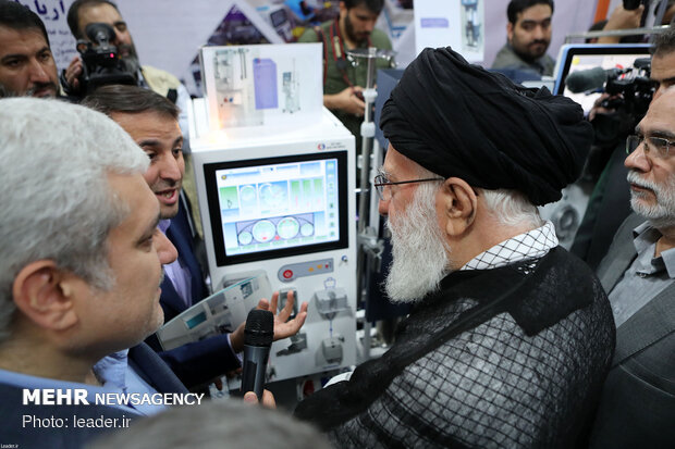Leader's visit to exhibition of knowledge-based firms