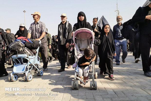 پیاده روی زائران اربعین از پل زائر تا پایانه مرزی مهران