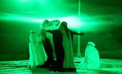نمایش «ردای سر خ خورشید» در قزوین روی صحنه رفت