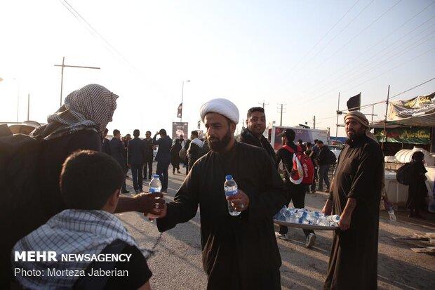 ۶۰ کانتینر آب معدنی در میان زائران و مواکب خوزستان توزیع شد