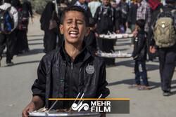 اصرار کودکان عراقی برای پذیرایی از زائران ایرانی