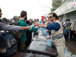 کنترل روزانه آب و غذا در مرز مهران توسط نیروهای بهداشتی
