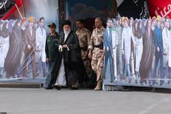 """قائد الثورة يحضر مراسم تخرج ضباط جامعة """"امام حسين (ع)"""""""