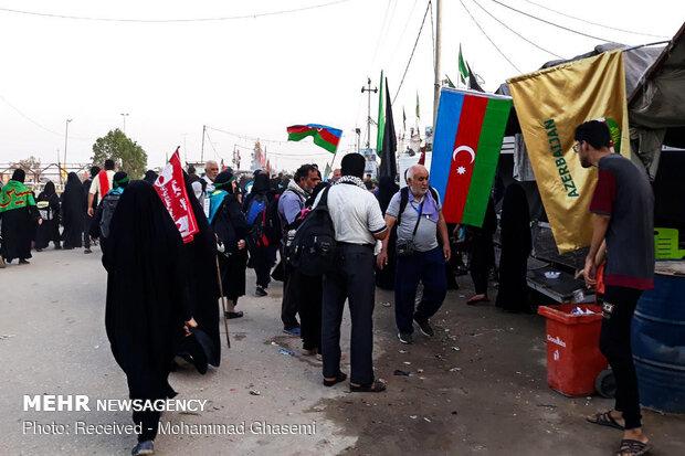 زوار الإمام الحسين(ع) في طريقهم إلى كربلاء
