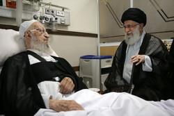 رہبر معظم انقلاب اسلامی نے آیت اللہ مکارم کی عیادت کی