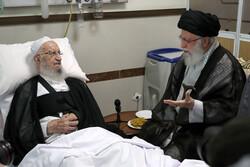 قائد الثورة الاسلامية يتفقد المرجع الديني مكارم شيرازي في المشفى