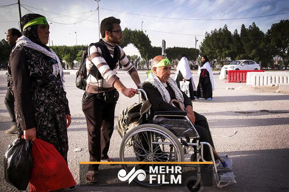 پیرمردی که برای پنجمین بار با ویلچر به پیادهروی اربعین میرود