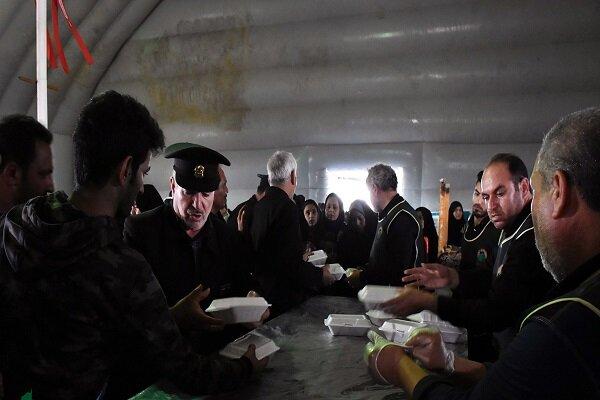 پذیرایی ۲۴ ساعته خادمان آستان قدس از زائران اربعین در مرز شلمچه