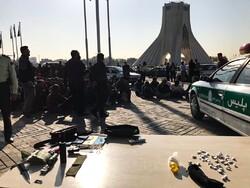 جمع آوری ۱۰۰ معتاد متجاهر و کارتن خواب از اطراف میدان آزادی/ ۶ فروشنده مواد مخدر دستگیر شدند