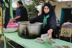 اطعام دهی به ۱۳۰۰ زائر در موکب فاطمه الزهرا در کربلا