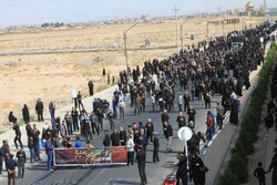 جاماندگان اربعین در روستاهای یزد پیادهروی میکنند