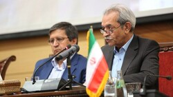 CBI Governor Abdolnaser Hemmati (L) and ICCIMA Head Gholam-Hossein Shafeie attend a meeting of the representatives of the country's private sector in Tehran on Sunday.