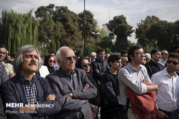رضا بنفشه خواه در مراسم تشییع پیکر حسین دهلوی