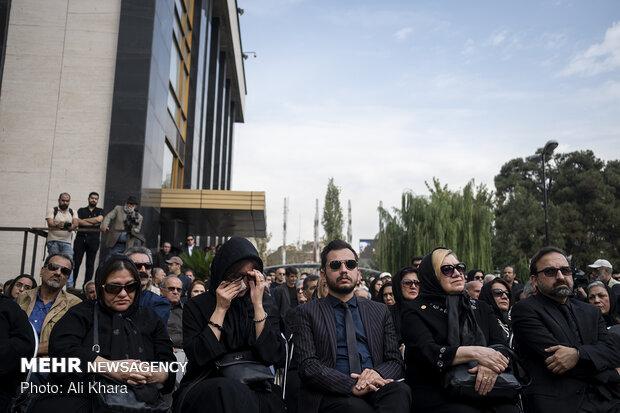 خانواده مرحوم دهلوی در مراسم تشییع