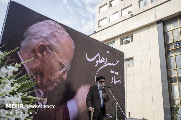 محمد اسماعیلی نوازنده پیشکسوت در مراسم تشییع پیکر حسین دهلوی