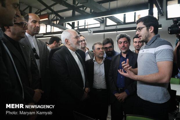 وزير خارجية البلاد يزور مصنع آزادي للإبداع