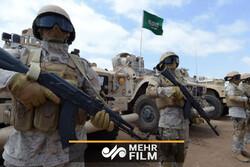 یمنی فوجیوں کے ساتھ جنگ میں سعودی عرب کے فوجی ڈائپر لے جاتے ہوئے