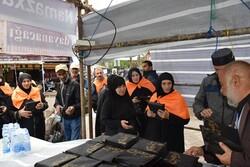 توزیع بستههای فرهنگی در میان زائران خارجی اربعین در مرز آستارا