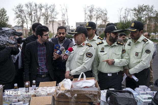سردار حسین رحیمی رئیس پلیس پایتخت درحال بازدید از داروهای قاچاق