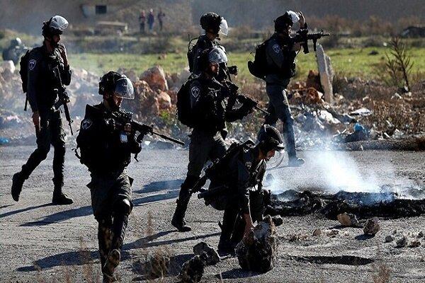 اسرائیلی فوجی ایک فلسطینی کو تفریح کی غرض سے نشانہ بنا رہے ہیں