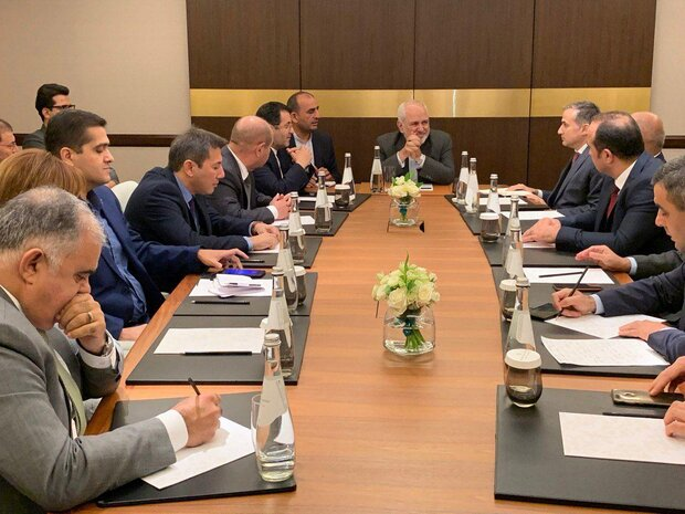 Iran FM meets with Azeri media outlets, think tanks