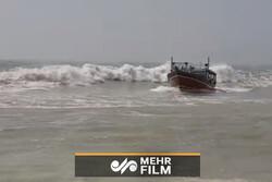 فیلمی از مهارت بالای ناخدای ایرانی در کنترل یک لنج در طوفان