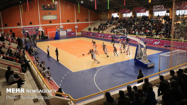 تیم بسکتبال شهرکرد میزبان تیم توفارقان آذرشهر است