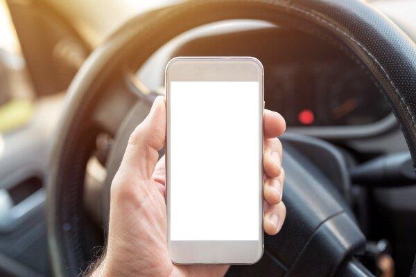 جریمه ۲۰۰ پوندی برای لمس موبایل در حین رانندگی