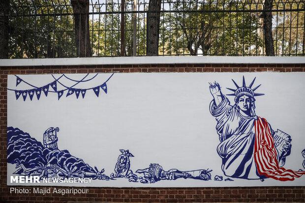 رونمایی از دیوارنگاره های جدید لانه جاسوسی