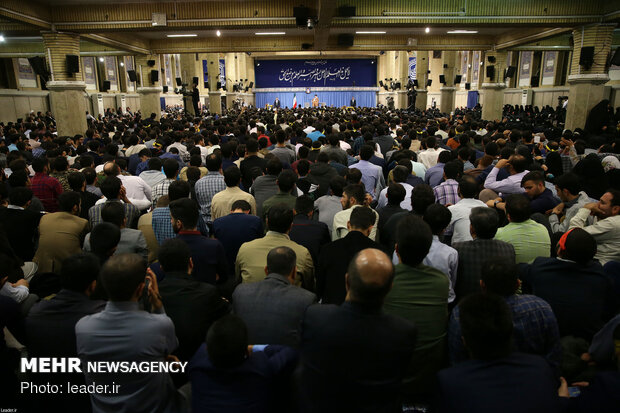 Iranian students visit Leader on occasion of Student day