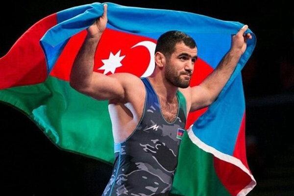 آزادکار آذربایجانی مدالهایش را به آستان قدس رضوی اهدا میکند