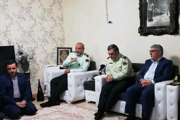 سردار اشتری با خانواده شهید «حسن پاینده» در رشت دیدار کرد