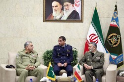 Iran, Pakistan army chiefs discuss bilateral coop. in Tehran