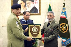 Pakistan Gen. Army officer meets with Iran's Army cmdr.
