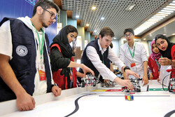 Foreign students residing in Iran take part in robotics contest