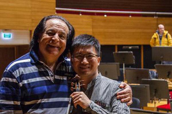علی رهبری با ارکستر دولتی ازمیر روی صحنه رفت/همراهی نوازنده چینی