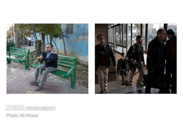 رضا ۴۰ سال دارد و به دلیل فلج اطفال سالهاست نیاز به امکاناتی برای رفتوآمدش دارد. اما ایستگاههای مترو معمولا این امکانات را ندارند. نبود پلهبرقی یا آسانسور در بسیاری از ایستگاهها باعث شده او برای استفاده از مترو به سختی پلهها را طی کند و دچار مشکل شود