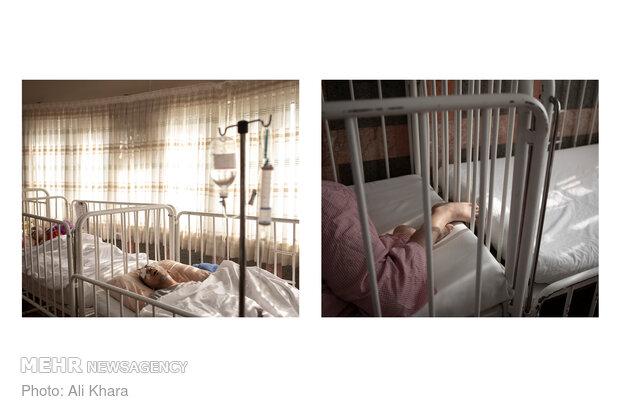 محمدامین ۱۶ ساله مشکلی طاقتفرسا دارد. او معلول جسمی و ذهنی است که مدام دچار خشکی چشم میشود. چندین بار چشمش دوخته شده و هنگام خواب چشمهایش باز میشوند