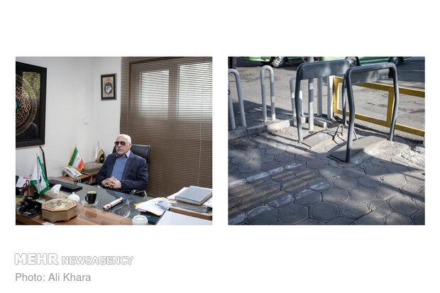 منصور نابیناست و او هم از اینکه شهر برای آنها مناسبسازی نشده گلایه دارد. حداقل امکاناتی که باید برای معلولان در نظر گرفته شود تا آنها به زندگی روزمره بپردازند. او میگوید در مسیر رفتوامد بارها به بنبست خورده است