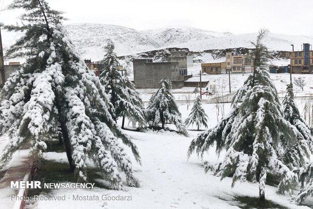 بارش برف راه ارتباطی بیش از ۴۰۰ روستای دلفان را مسدود کرد