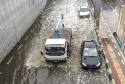 امداد رسانی به ۱۰۰ خودروی گرفتار در آبگرفتگی اهواز