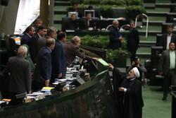 الرئيس روحاني يسلم البرلمان مشروع موازنة السنة المالية الإيرانية الجديدة
