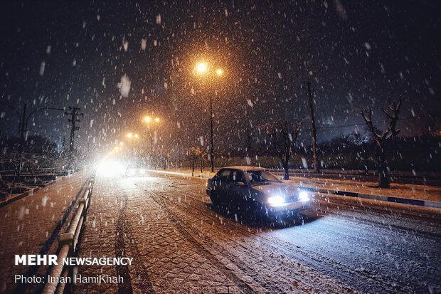 بارش شدید برف در دماوند/دستگاه های خدمات رسان آماده باش هستند