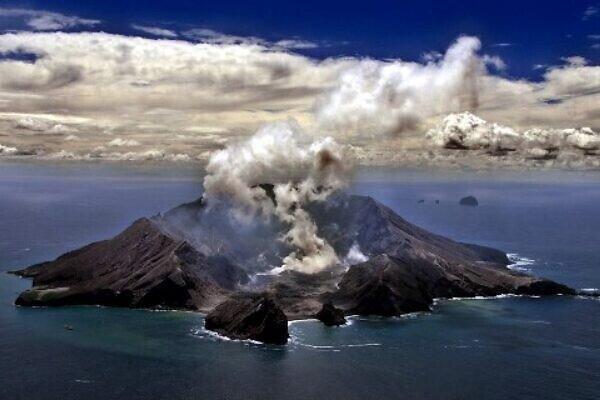 نیوزی لینڈ میں آتش فشاں پھٹنے کے باعث ہلاک افراد کی تعداد 18 ہوگئی