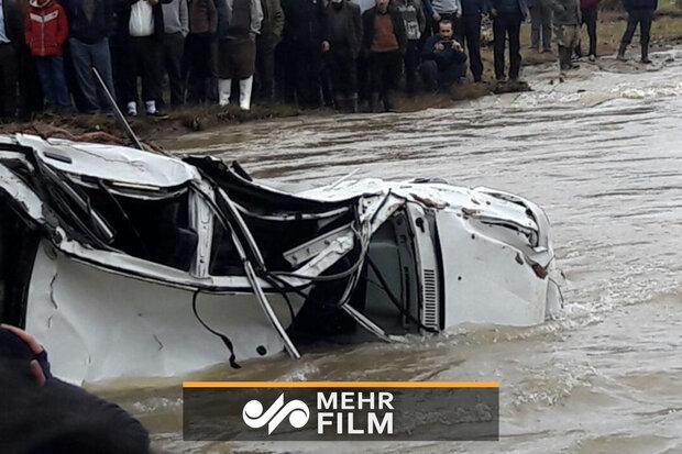 لحظه نجات سرنشینان خودرو سواری در دل طغیان رودخانه
