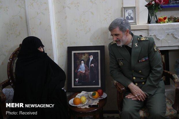 دیدار وزیر دفاع با امالشهدا جنیدی
