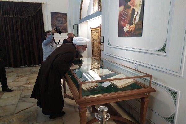 بازدید تولیت آستان قدس از نسخ خطی شیخ عباس قمی در موزه حرم رضوی