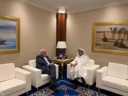 ظريف ونظيره القطري يستعرضان سبل تعزيز العلاقات